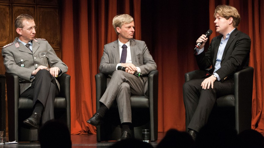Matthias Rogg (left), Rüdiger Kruse (center) und Jan Ehlert (right) debate at the Hamburger Kammerspiele. | © Bo Lahola