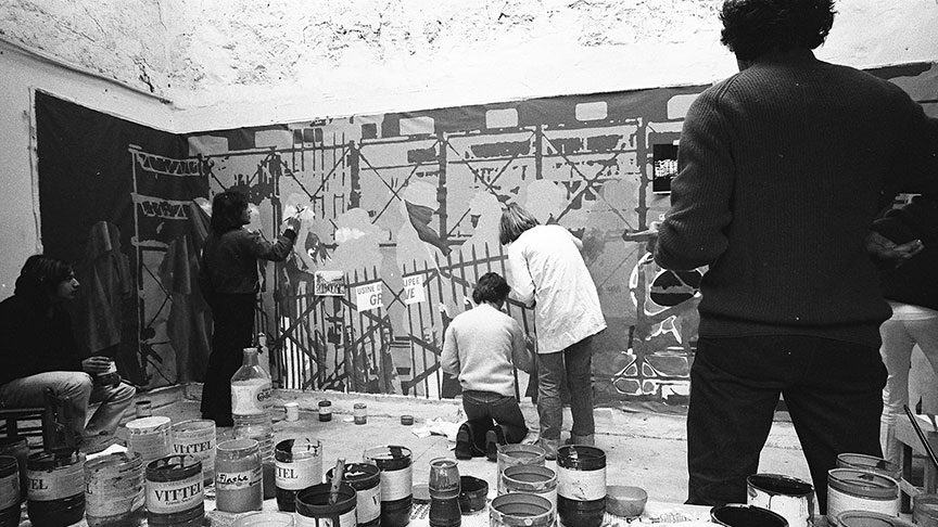Collectif de peintres antifascistes painting a banner for a protest on May 1, 1976, directed against the government's policies towards the arts. | Photo: César, source: Claude Lazar